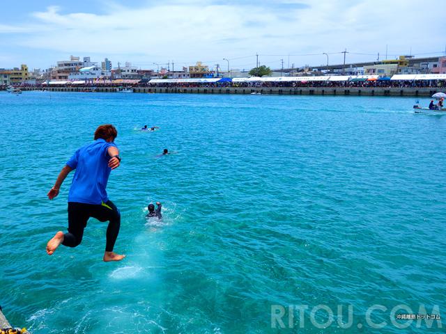 糸満ハーレーで港へダイブ!沖縄伝統行事・ハーリーを全身で楽しむ!!